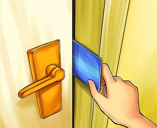 2. Wkładamy kartę do szpary pomiędzy drzwiami a framugą, w miejscu gdzie jest zamek