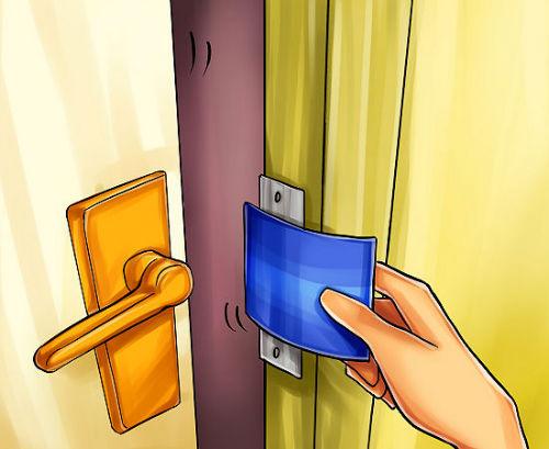 4. Wygnijcie kartę w drugą stronę, zmuszając zamek do otwarcia