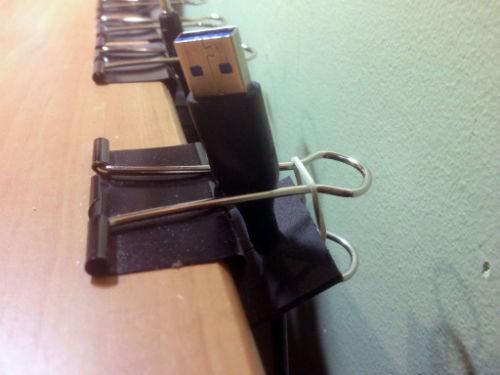 Autorski sposób organizacji przewodów przy biurku - 6