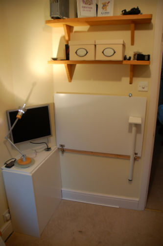 Składane biurko z drzwiczek od szafki kuchennej - 3