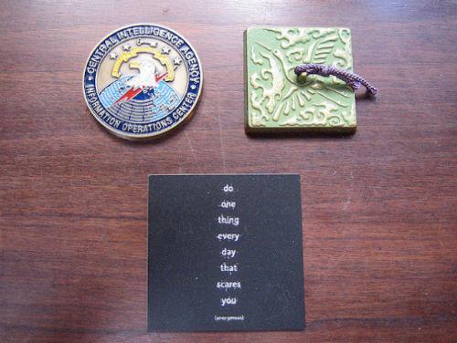 Rzeczy Tima Ferrisa na stole- pamiątka z CIA, prezent od japońskiego mnicha o ulubiony cytat