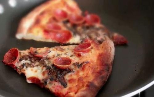 Co zrobić, aby podgrzewana wczorajsza pizza smakowała lepiej od świeżej