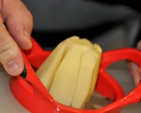 Ładne i łatwe obieranie ziemniaków? Najprostszy sposób to skorzystanie z obieraczki do jabłek.