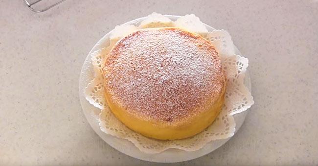 8. Przepis na japoński sernik 3 składniki - posypać cukrem pudrem i zaczekać aż sernik wystygnie
