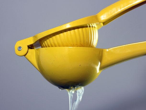 Chcecie otrzymać więcej soku z cytryny? Włóżcie ją na 15 sekund do mikrofali.