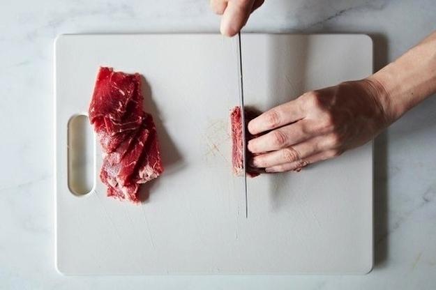Jeśli potrzebujecie cienko pokroić mięso, najpierw je zamroźcie.