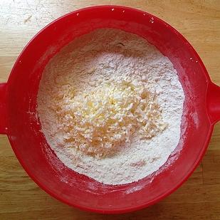 Żeby jak równomiernie rozprowadzić masło na kanapce lub dodać do ciasta, można je natrzeć na tarce.