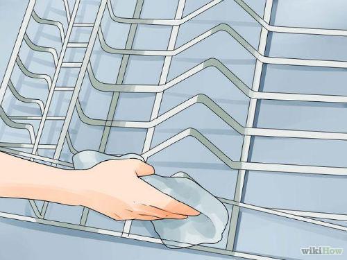 4. Wyszczotkuj stojaki ze zmywarki w zlewie.