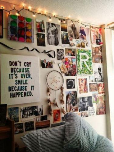 Niech odkurzą stare zdjęcia rodzinne, malunki, widokówki... i udekorują tym ścianę w sypialni