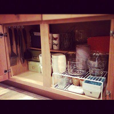 Wykorzystajmy małe przeźroczyste haczyki i powieśmy łopatki, łyżki, szpatułki i inne chochle w szafce
