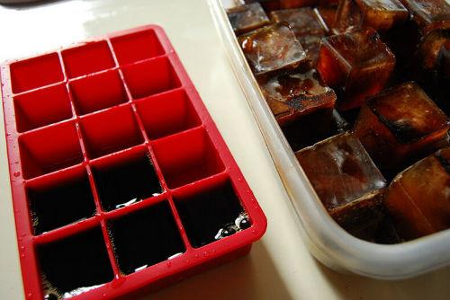 Oto jak wykorzystać tego lata foremki do kostek lodu zamrożona kawa mrożona