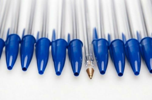 Otwór w skuwce długopisu