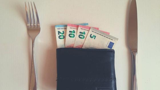 Bezsensowne wydawanie pieniędzy.
